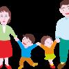 笑顔で手をつないでいる4人家族のイラスト