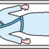 検査用ベッドの上で仰向けに寝ている女性患者のイラスト