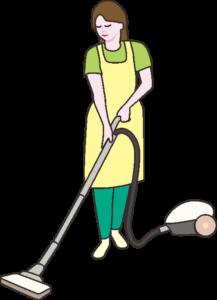 掃除機を使って清掃している若い主婦