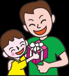 父親にプレゼントを渡している女の子